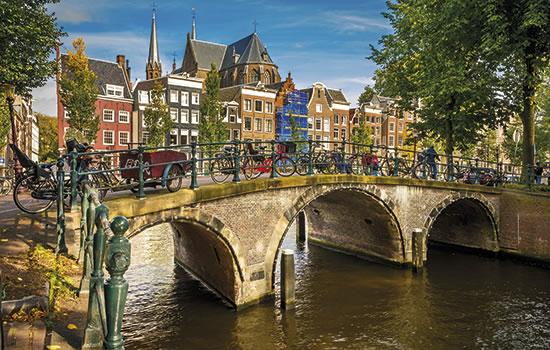 Amsterdam - Brücke, Grachten und typisch holländische Häuser