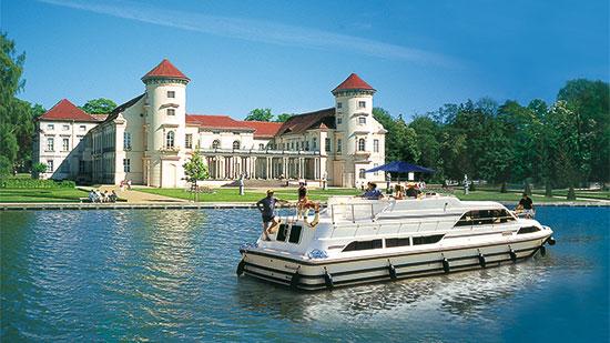 Hausboot Grand Classique vor Schloss Rheinsberg