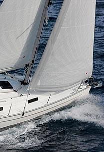 Vorschiff einer Segelyacht auf Am-Wind-Kurs
